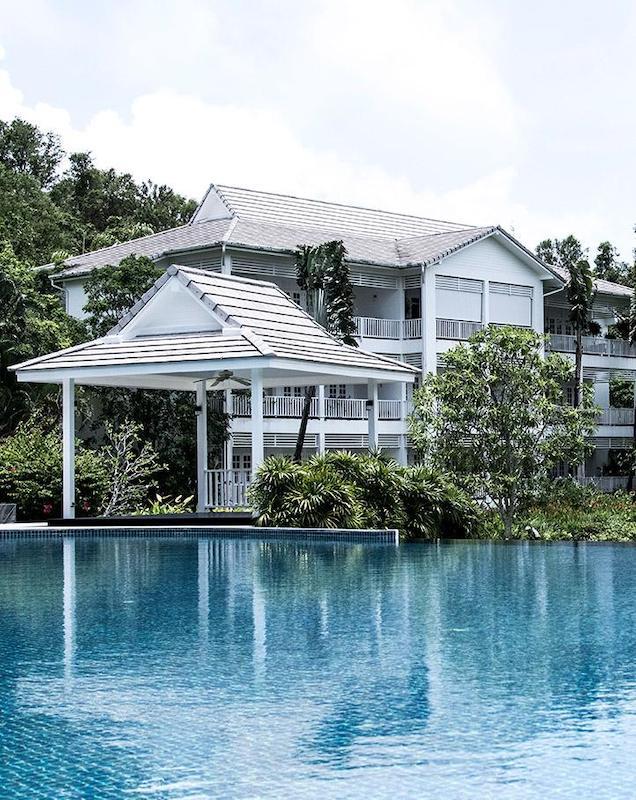 在受欢迎的普吉岛西海岸出售的殖民风格公寓图片