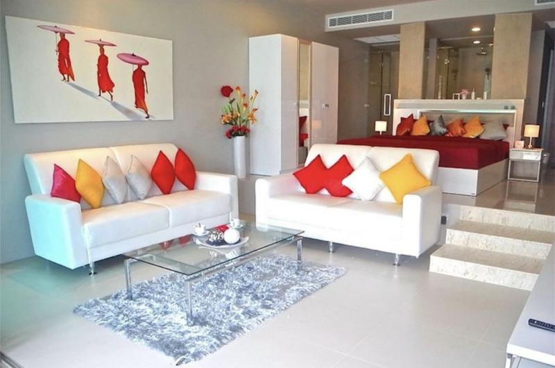 在普吉岛卡伦出售的带有 1 间卧室和游泳池的公寓,采用现代设计。