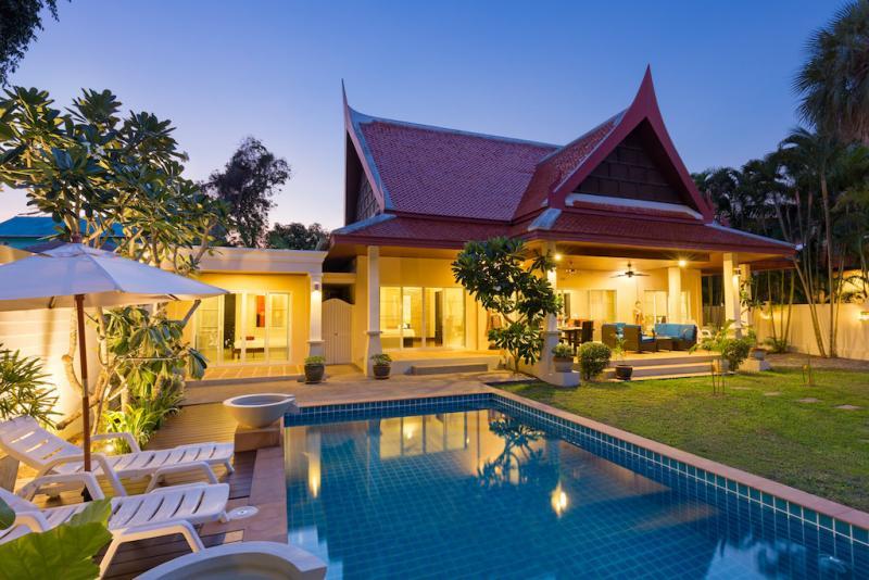 Photo Villa de vacances de rêve avec piscine à Rawai avec un beau jardin