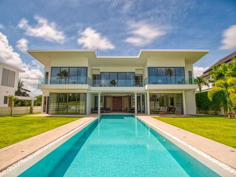 在普吉岛拉古纳出售的带 4 间卧室和游泳池的豪华别墅