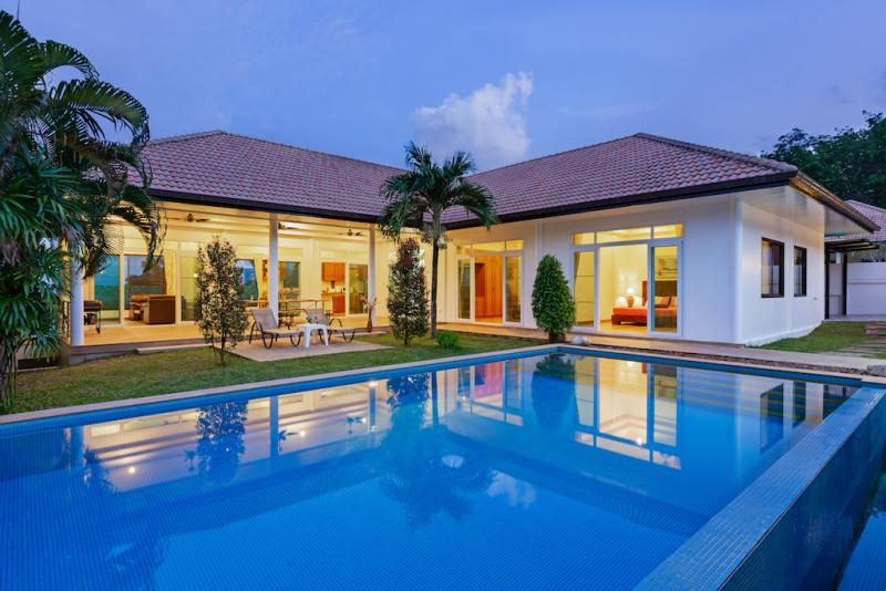 Picture 4 bedroom pool villa with sea view in Rawai for holiday rentals