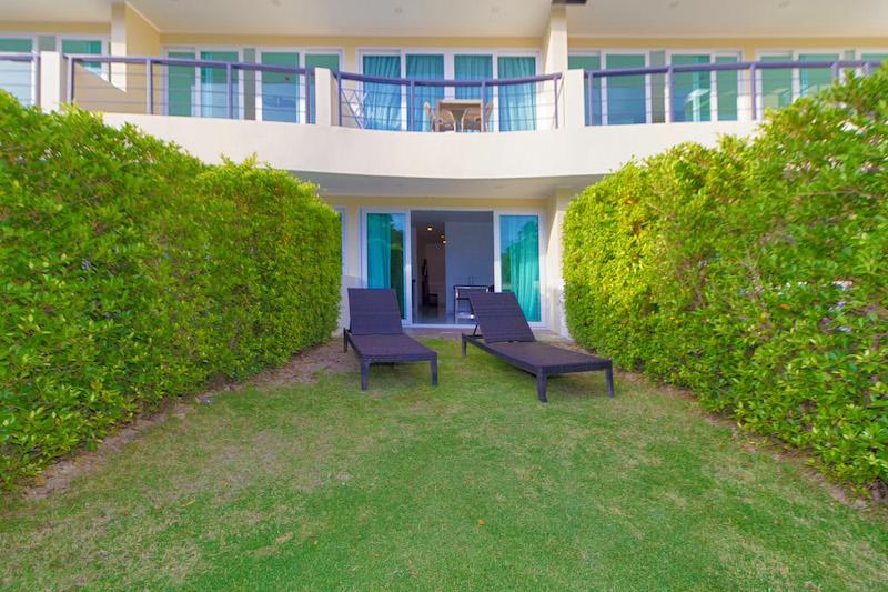 在卡伦海滩出售的带花园的现代一卧室公寓图片