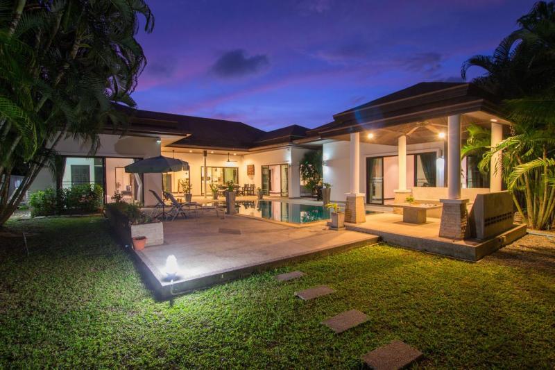 Photo Villa moderne avec piscine et 3 chambres à vendre située près de la plage de Rawai