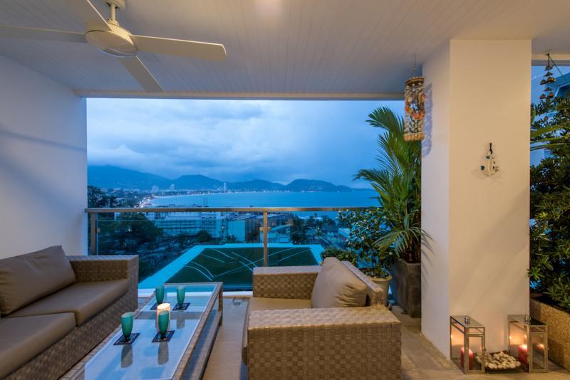 Photo Appartement de standing avec 2 chambres et vue panoramique mer à la vente ou à la location à Kalim (Patong)