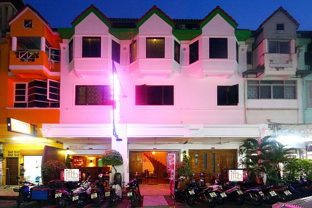 Photo Hôtel de 17 chambres à vendre sur la route principale de Patong, Phuket, Thaïlande