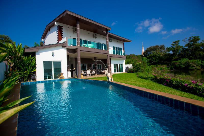 Photo Villa moderne avec vue sur un lac à vendre à Chalong