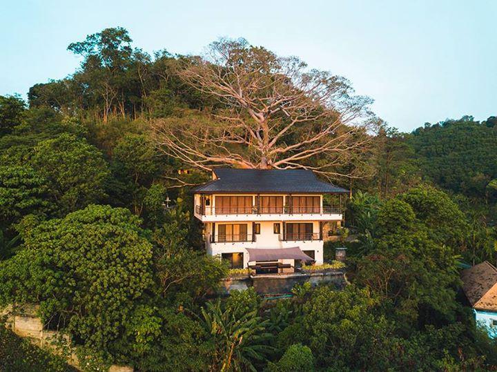 Photo Villa exceptionnelle avec 4 chambres à vendre à Nai Harn / Rawai