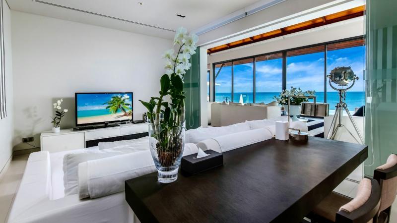 Photo Une villa exclusive de cinq chambres avec vue panoramique sur l'océan à vendre à Nai Thon Phuket