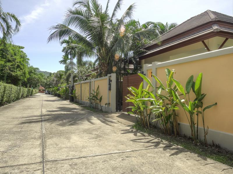 Photo 3 bedroom Phuket pool villa for rent in Nai Harn(Thailand)
