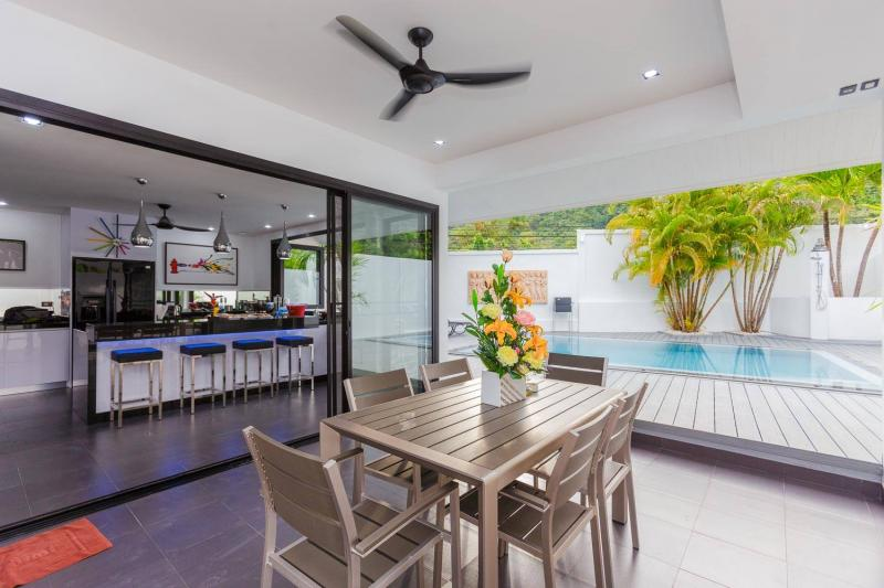 Photo Charming brand new modern pool villa with 3 bedrooms in Nai Harn / Rawai