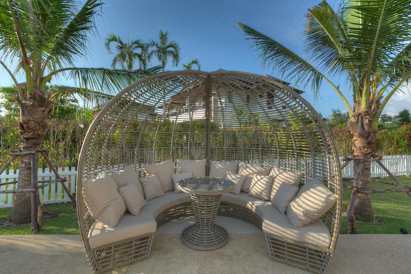 Photo Luxury Lakefront Pool Villa พร้อมสวนขนาดใหญ่สำหรับขายในหาดบางเทา