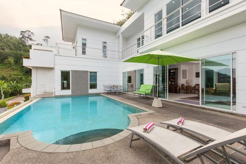 Photo Modern 4 bedroom villa in Kathu overlooking loch Palm Golf course