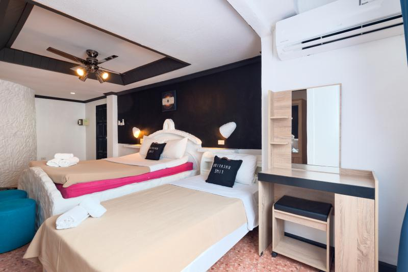 Photo Profitable Restaurant and Guesthouse for Sale on Patong Beach Road